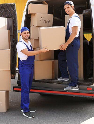 Mudanzas Hércules - Hombres guardando cajas en camión