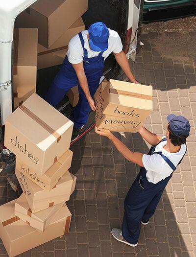 Mudanzas Hércules - Hombres sacando cajas de camión