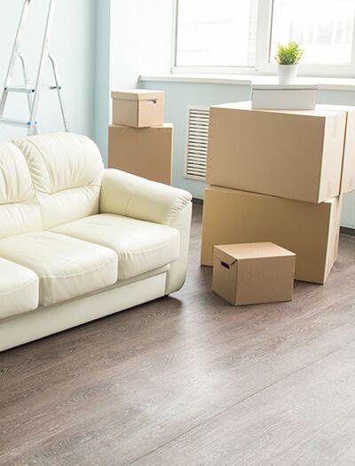 Mudanzas Hércules - Cajas de cartón al lado de muebles
