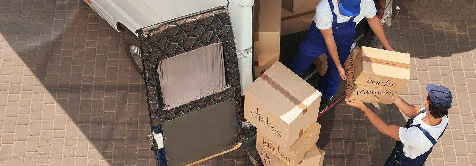 Mudanzas Hércules - Hombres bajando algunas cajas de mudanzas